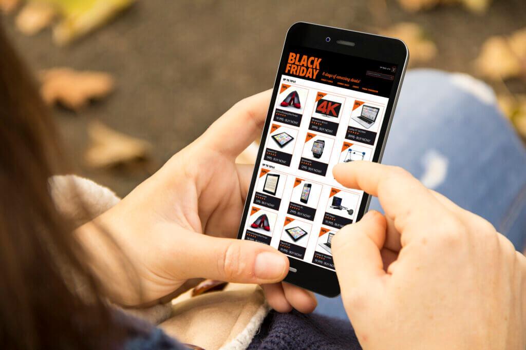 Kvinde bruger iPhone til at finde tilbud